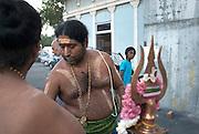 Durgâ est une incarnation de Devî, la Déesse-Mère, qui symbolise l'Unité des forces divines. Pour les adorateurs de Shiva, Durgâ est l'épouse de Shiva. Pour les adorateurs de Vishnu et pour ceux qui vénèrent la Shakti Durgâ, elle est une autre forme de Ûma ou Pârvatî.
