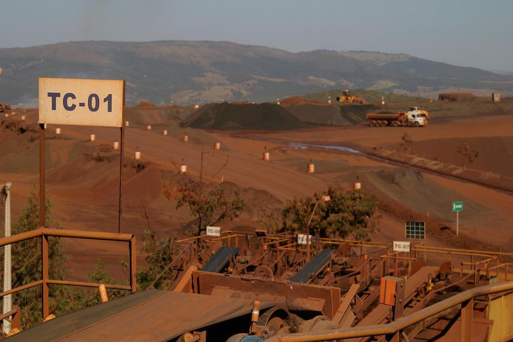 Itauna_MG, Brasil...Vista panoramica da mineracao em Itauna...Panoramic view of mining in Itauna...FOTO: BRUNO MAGALHAES /  NITRO