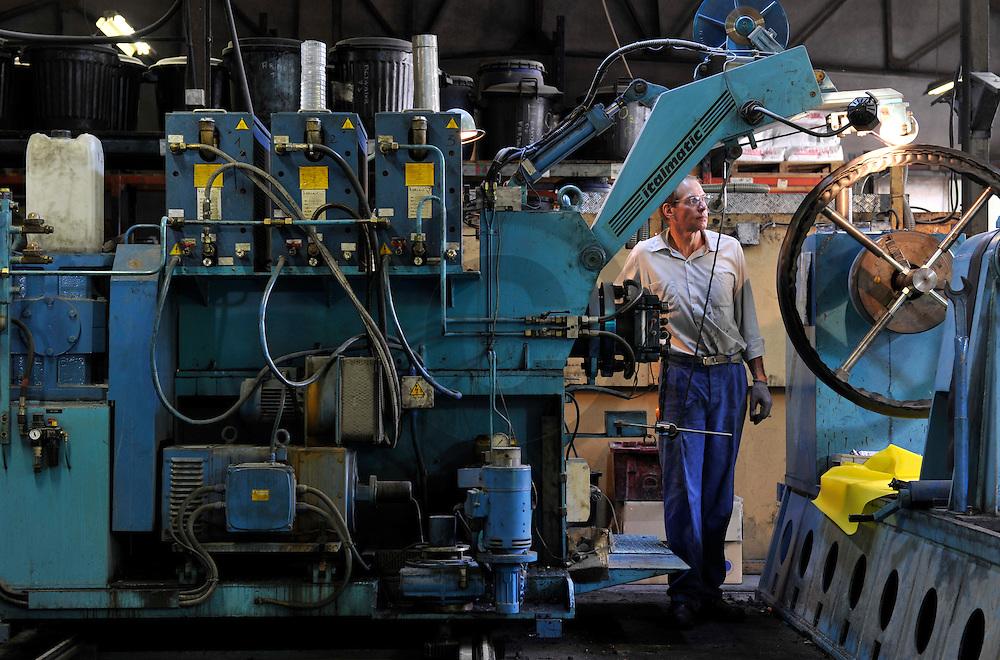 22/06/11 - COURNON - PUY DE DOME - FRANCE - Atelier de fabrication de pneu plein pour vehicules anciens. Les Caoutchouc de Cournon - Photo Jerome CHABANNE