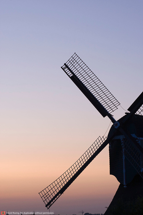 Nederland Groot Ammers gemeente Liesveld 16-07-2009 20090716 Foto: David Rozing ..Serie 3 gemeenten Graafstroom, Liesveld en Nieuw-Lekkerland, Groene Hart. Windmolen aan achterland in de avondzon. windmill in sunset, evening, landscape Holland, The Netherlands, dutch, Pays Bas, Europe  Foto: David Rozing