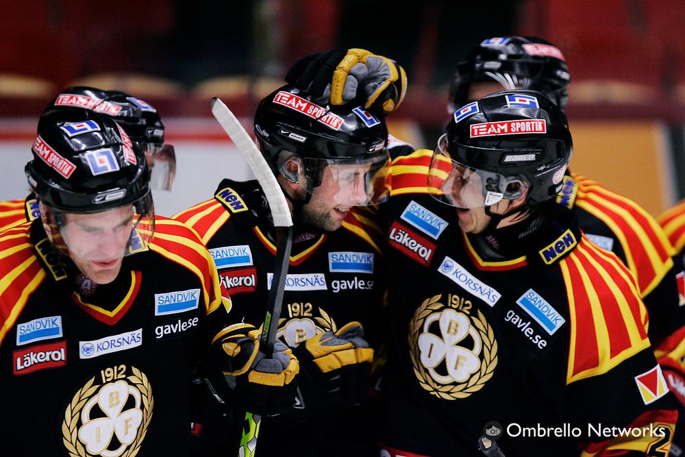 STOCKHOLM 061120<br /> ELITSERIEN ISHOCKEY BRYN&Auml;S VS TIMR&Aring;<br /> I bild: Tv&aring;m&aring;lsskytten Daniel Johansson jublar.