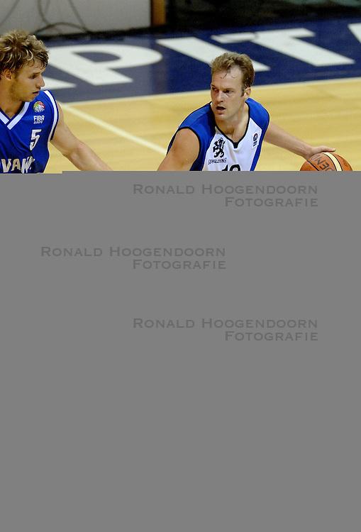 06-09-2006 BASKETBAL: NEDERLAND - SLOWAKIJE: GRONINGEN<br /> De basketballers hebben ook de tweede wedstrijd in de kwalificatiereeks voor het Europees kampioenschap in winst omgezet. In Groningen werd een overwinning geboekt op Slowakije: 71-63 / Sander van der Holst<br /> &copy;2006-WWW.FOTOHOOGENDOORN.NL
