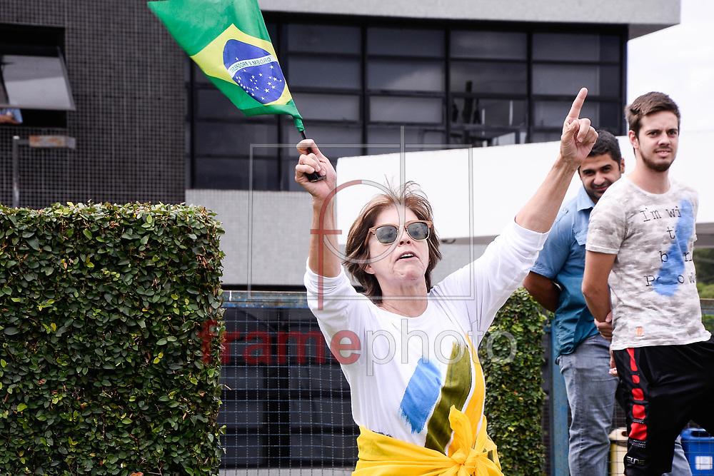 Curitiba(PR)16/11/2015 A PF (Polícia Federal) deflagra nova fase 24, Bolsonaro faz visita a manifestantes na tarde desta sexta feira(04), na Pf de Curitiba.Foto: Suellen Lima/ Frame Photo