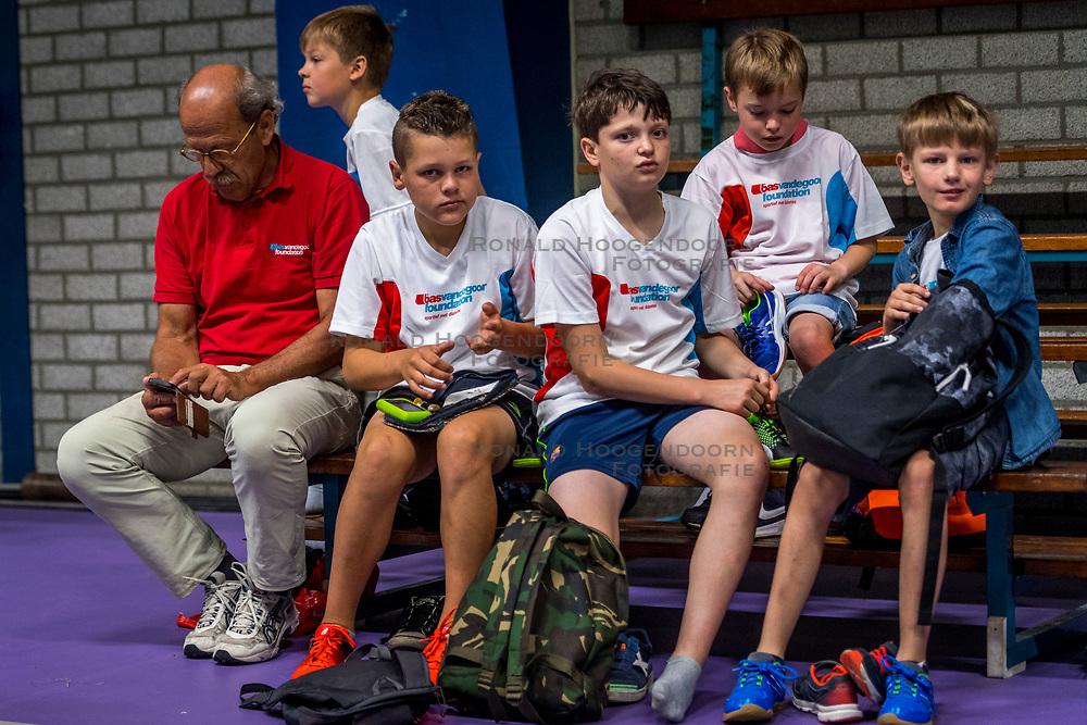09-06-2018 NED: Sportkamp BvdGF, Landgraaf<br /> Sportkamp van BvdGF met klimmen, snowboarden, skien, voetbal en sportevents / Prikken en meten, item diabetes