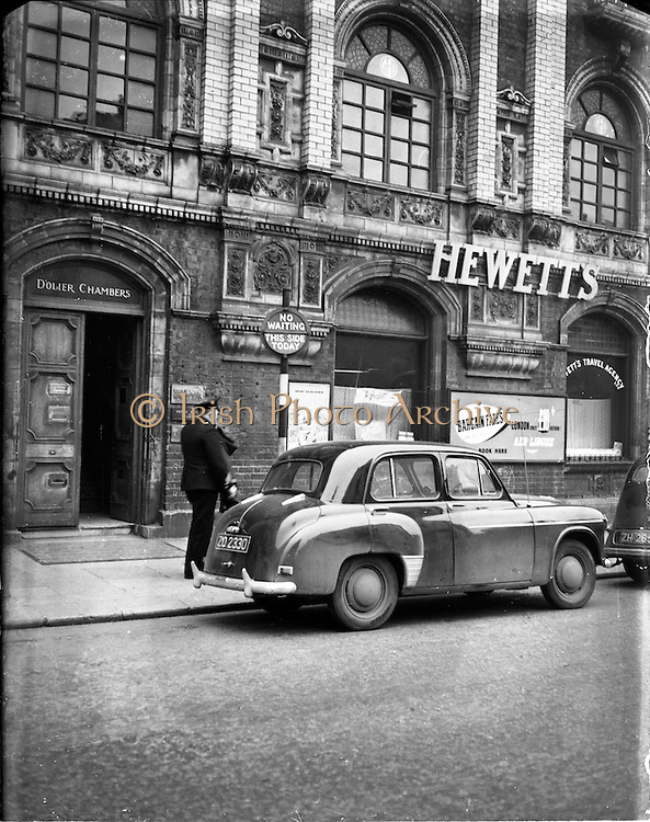 13/11/1952<br /> 11/13/1952<br /> 13 November 1952<br /> Traffic scenes on O'Connell Street, Dublin. View of Hewett's Travel Agents.