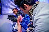 ROTTERDAM - feyenoord kampioens tatoo wordt op de arm van JOhan Harreman gezet bij tatoo bob op katendrecht ROBIN UTRECHT