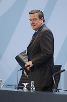 11 DEC 2002, BERLIN/GERMANY:<br /> Gerhard Schroeder, SPD, Bundeskanzler, vor Beginn einer Pressekonferenz zur Bilanz des Kuratoriums Fluthilfe, Infosaal, Bundeskanzleramt<br /> IMAGE: 20021211-01-001<br /> KEYWORDS: Gerhard Schröder