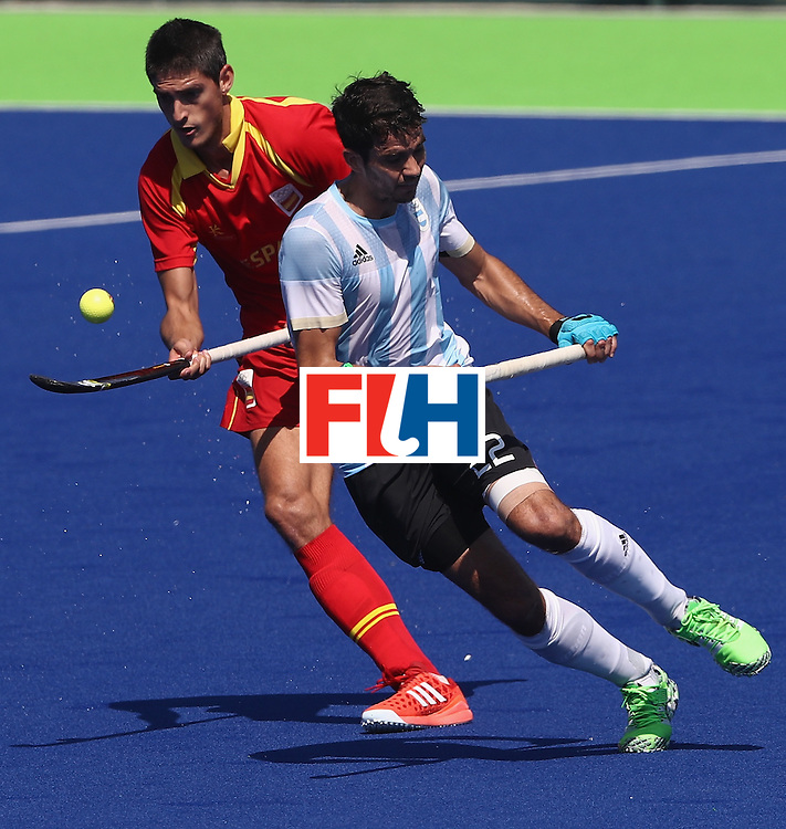 RIO DE JANEIRO, BRAZIL - AUGUST 14:  Xavi Lleonart of Spain controls the ball as Matias Rey (R) challenges during the Men's hockey quarter final match between Spain and Argentina on Day 9 of the Rio 2016 Olympic Games at the Olympic Hockey Centre on August 14, 2016 in Rio de Janeiro, Brazil.  (Photo by David Rogers/Getty Images)
