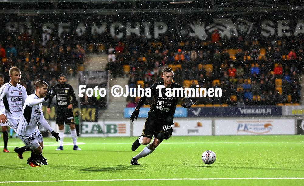 5.4.2017, OmaSP Stadion, Sein&auml;joki.<br /> Veikkausliiga 2017.<br /> Sein&auml;joen Jalkapallokerho - FC Lahti.<br /> Tomas Hradecky (SJK) v Mikko Kuningas &amp; Aleksi Paananen (FC Lahti).