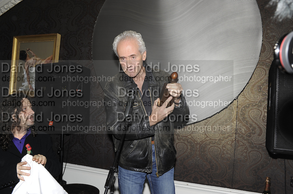 NICK DAVIES; WINNER OF THE MAVERICK AWARD, The 2011 Groucho Club Maverick Award. The Groucho Club. Soho, London. 14 November 2011. <br /> <br />  , -DO NOT ARCHIVE-© Copyright Photograph by Dafydd Jones. 248 Clapham Rd. London SW9 0PZ. Tel 0207 820 0771. www.dafjones.com.