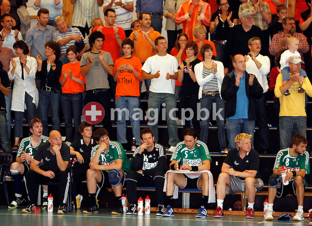 Wacker Thun's players and staff are disappointed a few minutes before the end of the match while the home crowd applauds for a successful qualification for the final during the third game in the men's Swiss Handball League playoff semifinal (best of five) handball match between Kadetten Schaffhausen and Wacker Thun in the Schweizersbildhalle in Schaffhausen, Switzerland, Sunday, May 6, 2007. (Photo by Patrick B. Kraemer / MAGICPBK)