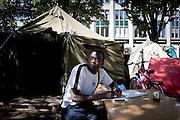 Occupazione di Oranienplatz, nel distretto di Kreuzberg. Nella foto uno dei migranti che vive nella piazza a seguito delle difficili condizioni di vita e di lavoro in Germania.