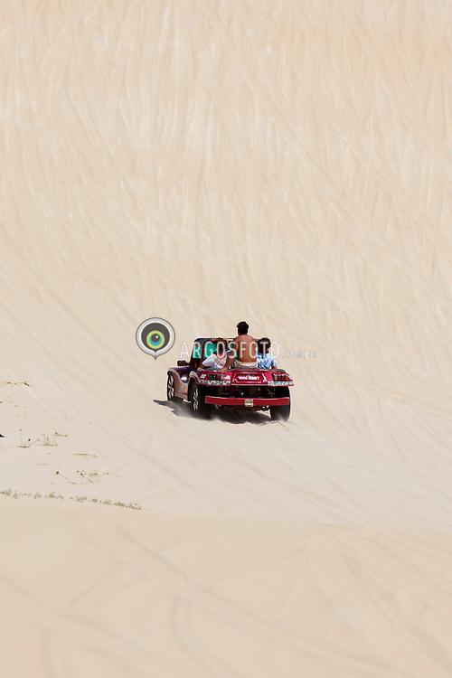 Familia em bugre em dunas de Pitangui./ Family in Buggy in Pitangui Dunes. Rio Grande do Norte, Brasil - 2013