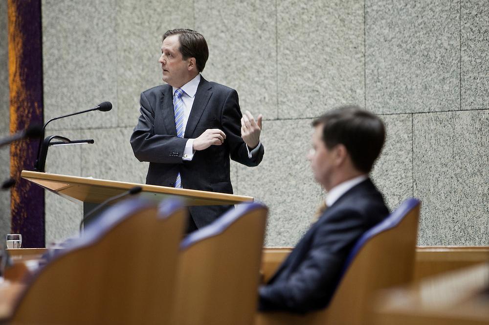 Nederland. Den Haag, 4 februari 2009.<br /> Debat over Irak in de Tweede Kamer.  Pechtold houdt zijn betoog, Balkenende luistert. De Tweede Kamer debatteert over het plan van premier Jan Peter Balkenende om een onderzoekscommissie in te stellen naar de besluitvorming rond Irak in 2003. Balkenende kondigde maandag aan dat hij de jurist Willibrord Davids heeft gevraagd deze commissie te leiden. <br /> Foto Martijn Beekman<br /> NIET VOOR PUBLIKATIE IN LANDELIJKE DAGBLADEN.