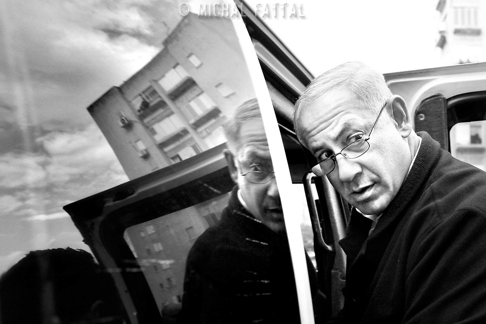 Benjamin Netanyahu gets into his car after a visit in Ashkelon during Cast Lead Operation, December 2009.