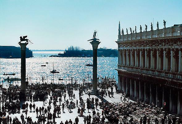 Italie, Venetie, 8-3-2008Standbeeld van de Venetiaanse leeuw van venetie, op het San Marco plein, uitkijkend over de lagune.Foto: Flip Franssen