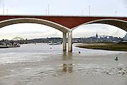 Nederland, Nijmegen, 25-11-2015 De 4km. lange nevengeul aan de overkant van de Waal bij Lent nadert zijn voltooiing. Zicht op de geul en de stad vanaf de aanloop van de nieuwe stadsbrug de oversteek.  Grootste onderdeel van de vele werken van Rijkswaterstaat om bij hoogwater een betere waterafvoer in de rivier te hebben. In precies drie jaar is het werk uitgevoerd. Het is een omvangrijk project waarbij onder meer de pijlers van het spoorviaduct een bredere basis kregen omdat die straks in de loop van het water staan. Het dorp veurlent komt op een kunstmatig eiland te liggen met twee bruggen als ontsluiting. Een voetgangersbrug en een andere, de Promenadebrug, voor normaal verkeer. Inmiddels begint de nieuwe kade aan de noordkant van deze geul vorm te krijgen. Ruimte voor de rivier, water, waal. In de nieuwe dijk is een drempel gebouwd die stapsgewijs water doorlaat en bij hoogwater overloopt. The Netherlands, Nijmegen Measures taken by Nijmegen to give the river Waal, Rhine, more space to flow during highwater and to prevent the risk of flooding. Room for the river. Reducing the level, waterlevel. Large project to create a new paralel gully, an extra flow of water, so the river can drain more water during highwater. Due to climate change and expected rise, increase of the sealevel, the Dutch continue to protect their land from the water. Foto: Flip Franssen/HH
