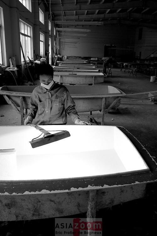 Il fait froid a Shanghai au mois de Janvier. Le  gelcoat a du mal a catlyser. Main d'oeuvre bon marche, Un ouvrier passe sa journee sa lampe a la main a chauffer les moules.... Il y a de plus en plus de bateaux qui naviguent sur nos cotes qui viennent de ces usines chinoise.