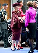 Prinses Beatrix bij Max van der Stoel Award, een award waarmee tweejaarlijks individuen of groepen die zich succesvol inzetten voor de positie van minderheden worden geeerd.//<br /> Princess Beatrix with Max van der Stoel Award, an award which biennial individuals or groups who are successfully committed to the position of minorities be honored.<br /> <br /> Op de foto:  Prinses Beatrix komt aan bij Het Spaansche Hof / Princess Beatrix arrives at the Spanish Court