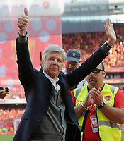 Football - 2017 / 2018 Premier League - Arsenal vs. Burnley<br /> <br /> Arsenal Manager Arsene Wenger waves to the crowd after his last ever home game, at The Emirates.<br /> <br /> COLORSPORT/ANDREW COWIE