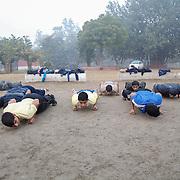 Les élèves de Bhiwani Boxing Club pendant des exercices de flexion, au stade de Bhiwani