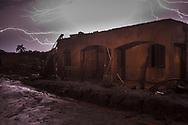 MARIANA, MG, BRASIL, 05-12-2015: Casa destruída em Bento Rodrigues, distrito de Mariana-MG, a comunidade foi atingida pelo rejeito de minério no dia 5 de novembro de 2015, quando a barragem de Fundão, da mineradora Samarco, rompeu, lançando no ambiente mais de 40 bilhões de litros de lama. (Foto: Avener Prado)