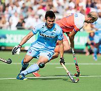 WAALWIJK -  RABO SUPER SERIE. Chinglensana Singh (Ind) met Billy Bakker (Ned) tijdens  de hockeyinterland heren  Nederland-India,  ter voorbereiding van het EK,  dat vrijdag 18/8 begint.  COPYRIGHT KOEN SUYK