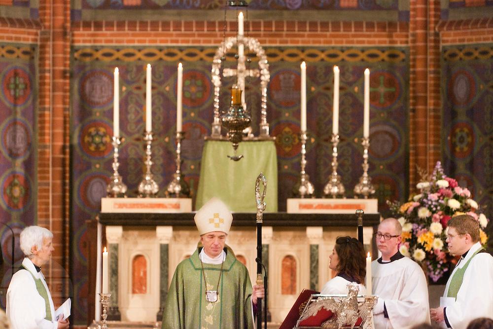Aartsbisschop Joris Vercammen staat met de nieuwe pastoors bij het altaar. Op zondag 31 oktober is in de Getrudiskathedraal in Utrecht  Annemieke Duurkoop (links) als eerste vrouwelijke plebaan van Nederland geïnstalleerd. Duurkoop wordt de nieuwe pastoor van de Utrechtse parochie van de Oud-Katholieke Kerk (OKK), deze kerk heeft geen band met het Vaticaan. Een plebaan is een pastoor van een kathedrale kerk, die eindverantwoordelijk is voor een parochie. Eerder waren bij de OKK al twee vrouwelijk priesters geïnstalleerd, maar die zijn geen plebaan.<br /> <br /> Archbishop Joris Vercammen is standing at the altar with the new pastors. At the St Getrudiscathedral in Utrecht the first female dean of the Old-Catholic Church (OKK), Annemieke Duurkoop, is installed together with a new pastor Bernd Wallet. The church has no connections with the Vatican.