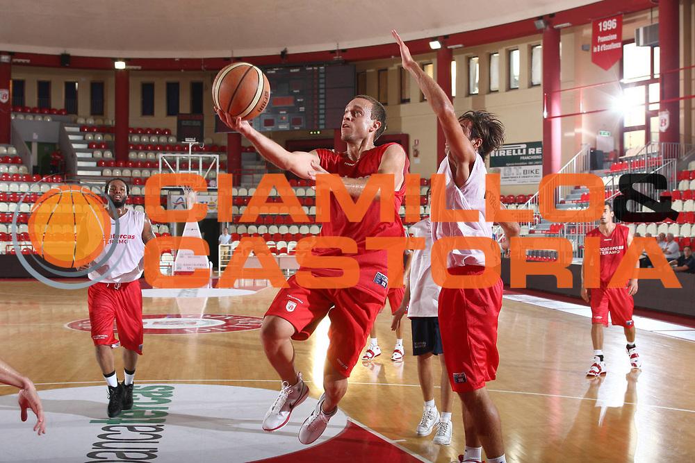 DESCRIZIONE : Teramo Lega A 2009-10 Basket Bancatercas Teramo Allenamento<br /> GIOCATORE : Ryan Hoover<br /> SQUADRA : Bancatercas Teramo<br /> EVENTO : Campionato Lega A 2009-2010 <br /> GARA : <br /> DATA : 02/09/2009<br /> CATEGORIA : Allenamento tiro penetrazione<br /> SPORT : Pallacanestro <br /> AUTORE : Agenzia Ciamillo-Castoria/C.De Massis<br /> Galleria : Lega Basket A 2009-2010 <br /> Fotonotizia : Teramo Lega A 2009-10 Basket Bancatercas Teramo Allenamento<br /> Predefinita :