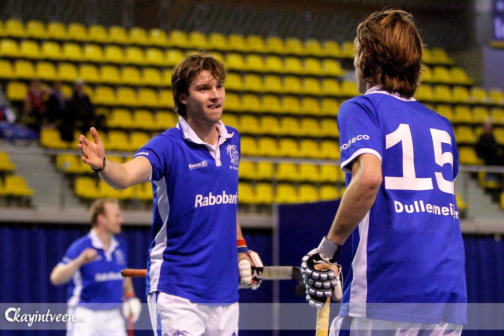 EINDHOVEN - Zaal hockey, Kampong - Venlo, Hoofdklasse Zaal hockey, seizoen 2011-2012, 28-01-2012, Daan Dullemeijer krijgt de felicitaties voor zijn doelpunt