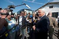 06 AUG 2009, WUNSDORF/GERMANY:<br /> Frank-Walter Steinmeier, SPD, Bundesaussenminister und Kanzlerkandidat, gibt Journalisten ein kurzes Statement, Besuch der Firma EcoCraft Automotive Management GmbH<br /> IMAGE: 20090806-01-002<br /> KEYWORDS: Mikrofon, microphone, Kamera, camera, Sommerreise, Bundestagswahl 2009, Wahlkampf