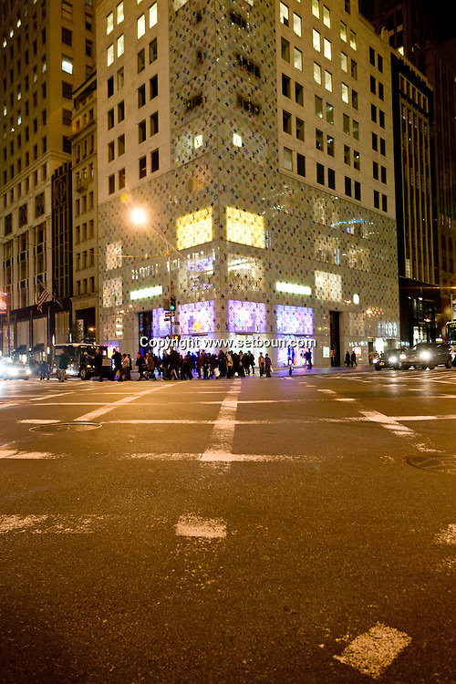 New York. fifth avenue during christmas; Christmas Lighting New York - United States   / la cinquieme 5em avenue, Illuminations pour les fetes de Noel dans les rues  New York - Etats Unis
