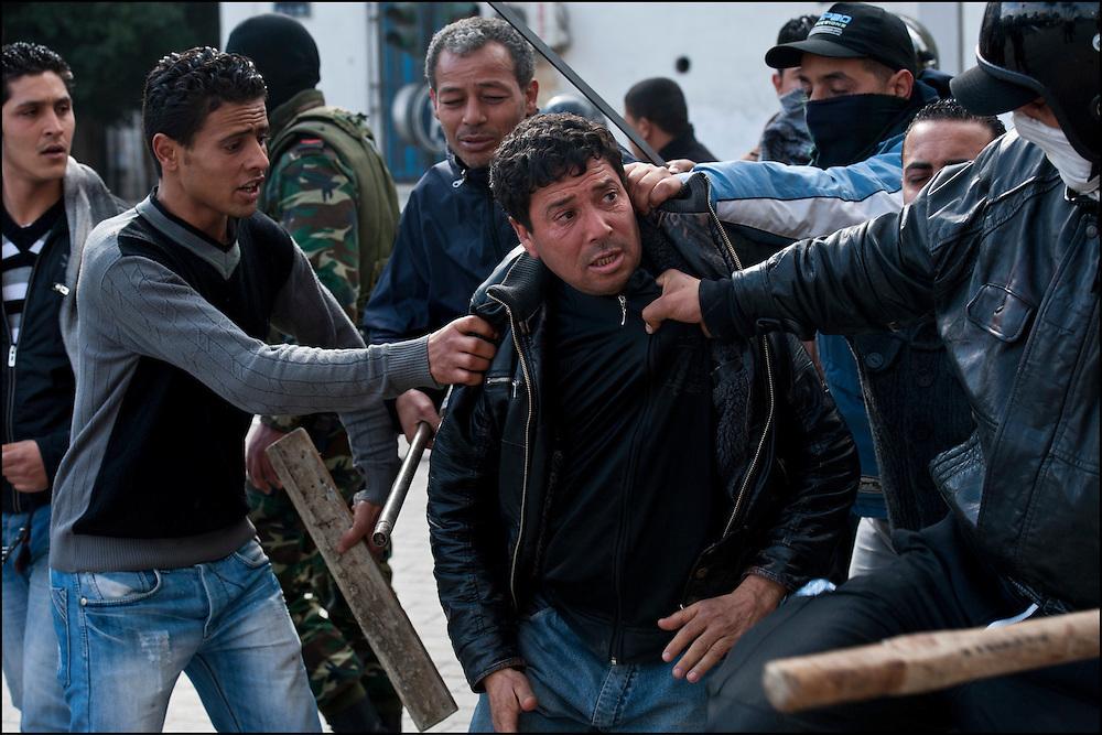 Un prétendu voleur est arrêté par la Police et des habitants avenue Habib Bourguiba. // A la suite de nombreux pillages et saccages commis dans le centre ville de Tunis la Police accompagnée des habitants organisés en comité de quartiers chassent les pilleurs, Tunis dimanche 27 février 2011. © Benjamin Girette/IP3 press