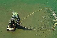 La pesca industrial es un tipo de pesca que tiene como objetivo obtener un gran n&uacute;mero de capturas.<br /> <br /> La pesca de arrastre o retropesca es un estilo utilizado actualmente en donde un barco hala de una malla que llega hasta el fondo y va recogiendo y acabando con todo lo que se encuentra a su paso. Es un estilo comparable con la deforestaci&oacute;n que tiene casi el mismo impacto ecol&oacute;gico a nivel mundial. Estos se asemejan en la medida que dejan un gran impacto en los suelo hasta el punto de dejarlos casi inf&eacute;rtiles. Adem&aacute;s el remover los suelos selv&aacute;ticos y acu&aacute;ticos libera carbono que se encontraba atrapado all&iacute; afectando directamente la capa de ozono. Estos afectan m&aacute;s que todo las zonas subpolares y tropicales.<br /> <br /> Estas pesquer&iacute;as industriales pueden colocar miles de kil&oacute;metros de redes invisibles, algunas tan grandes que entrar&iacute;an 12 jets Jumbo, as&iacute; como miles de kil&oacute;metros de l&iacute;neas largas con decenas de miles de anzuelos. Muchas de las especies capturadas con las l&iacute;neas largas son capturas incidentales. Especies que no se buscaban. Muchas veces esta pesca incidental se tira por la borda muerta o muriendo.<br /> <br /> &copy;Alejandro Balaguer/Fundaci&oacute;n Albatros Media.