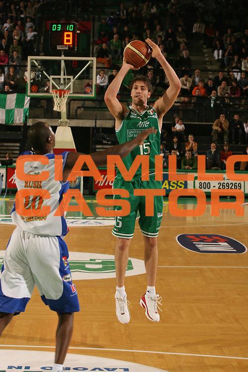 DESCRIZIONE : Treviso Lega A1 2006-07 Benetton Treviso Upea Capo Orlando <br />GIOCATORE : Gigli<br />SQUADRA : Benetton Treviso  <br />EVENTO : Campionato Lega A1 2006-2007 <br />GARA : Benetton Treviso Upea Capo Orlando <br />DATA : 16/12/2006 <br />CATEGORIA : Tiro<br />SPORT : Pallacanestro <br />AUTORE : Agenzia Ciamillo-Castoria/M.Marchi