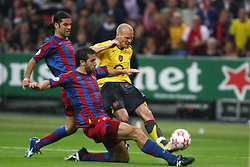 PARIS, FRANCE - WEDNESDAY, MAY 17th, 2006: Arsenal's Fredrik Ljungberg under pressure from two FC Barcelona players during the UEFA Champions League Final at the Stade de France. (Pic by David Rawcliffe/Propaganda)