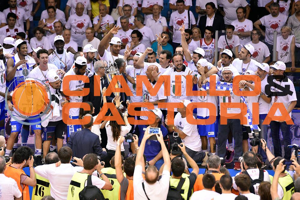DESCRIZIONE : Campionato 2014/15 Serie A Beko Grissin Bon Reggio Emilia - Dinamo Banco di Sardegna Sassari Finale Playoff Gara7 Scudetto<br /> GIOCATORE : team<br /> CATEGORIA : premiazione<br /> SQUADRA : Banco di Sardegna Sassari<br /> EVENTO : Campionato Lega A 2014-2015<br /> GARA : Grissin Bon Reggio Emilia - Dinamo Banco di Sardegna Sassari Finale Playoff Gara7 Scudetto<br /> DATA : 26/06/2015<br /> SPORT : Pallacanestro<br /> AUTORE : Agenzia Ciamillo-Castoria/GiulioCiamillo<br /> GALLERIA : Lega Basket A 2014-2015<br /> FOTONOTIZIA : Grissin Bon Reggio Emilia - Dinamo Banco di Sardegna Sassari Finale Playoff Gara7 Scudetto<br /> PREDEFINITA :