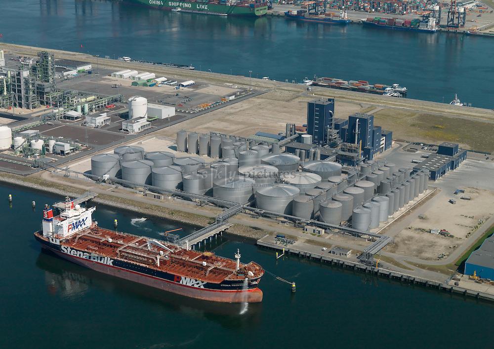 Terminal van IOI Loders Croklaan Oils aan de Antarticaweg 191, haven 8228 op de Maasvlakte Rotterdam tijdens het lossen van het schip Stena Provence van Stena Bulk met plantaardige olie