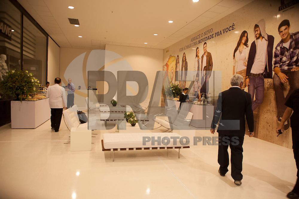 SAO PAULO,SP, 18 DE ABRIL DE 2013 - INAUGURAÇÃO SHOPPING METRÔ-TUCURUVI - Inaugurado, nesta manhã de quinta-feira (18), o Shopping Center Metrô-Tucuruvi, na zona norte da cidade. O novo centro comercial integra a Estação do Metrô Tucuruvi, a exemplos de outros centros comerciais na cidade. O empreendimento terá uma entrada na plataforma 1 da estação, mas os consumidores ainda não poderão utilizar esta facilidade para ir do trem ao shopping, a passagem está em faze de final de execução das obras e está previsto a liberação no final deste mês de abril, assim como o término das obras de acabamento externo estão em andamento. Estimativas dos administradores do centro comercial dão conta que 50 mil pessoas frequente o shopping diariamente.(FOTO RICARDO LOU - BRAZIL PHOTO PRESS)
