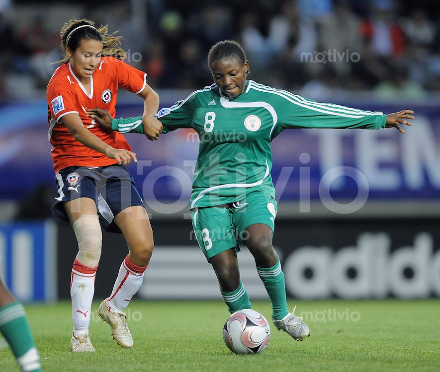 Fussball Frauen FIFA U 20  Weltmeisterschaft 2008     26.11.2008 Nigeria - Chile Ebere Orji (re, NGA) gegen  Daniela Fuenzalida (CHI)
