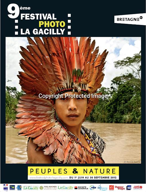 http://www.festivalphoto-lagacilly.com<br /> <br /> Nous voil&agrave; au bout du monde, ou &agrave; ses origines. Le Rio Jordao apparait, tel un anaconda, dessine ses m&eacute;andres dans un &eacute;crin de myst&egrave;res &agrave; quelques kilom&egrave;tres de la fronti&egrave;re p&eacute;ruvienne. Nous sommes au nord du Br&eacute;sil, dans l'&eacute;tat de l'Acre, tout pr&egrave;s de la fronti&egrave;re bolivienne. Une r&eacute;gion peupl&eacute;e majoritairement par les Huni Kuin, une tribu chamanique. Quand leur territoire, jusque-l&agrave; inexplor&eacute; fut annex&eacute; en 1903 par l'&eacute;tat br&eacute;silien, la fi&egrave;vre du caoutchouc s'empara des nouveaux arrivants . Les tribus furent d&eacute;cim&eacute;es quand elles refus&egrave;rent de s'enr&ocirc;ler comme esclaves pour les barons de l' &laquo;or noir&raquo;, les grands propri&eacute;taires du latex. Durant un si&egrave;cle, les rituels et les savoirs des anciens furent pratiqu&eacute;s dans le plus grand secret, ou tomb&egrave;rent dans l'oubli. Jusqu'au jour o&ugrave; Ika Muru, un jeune Huni Kuin, se rendit chez les Indiens Ashaninkas. L&agrave;, il eut une vision lui dictant d'entretenir la m&eacute;moire de sa tribu, un r&ecirc;ve qu'il d&eacute;crit ainsi : &laquo; C'est dans leur histoire et leur connaissance ancestrale que les peuples de la for&ecirc;t trouveront les solutions et la force n&eacute;cessaire afin de prot&eacute;ger leur environnement intimement li&eacute; &agrave; leur existence et &agrave; l'&eacute;quilibre naturel du monde &raquo;. Un message qu'il convient, plus que jamais, de m&eacute;diter... En 1983, il parvint &agrave; d&eacute;limiter avec des anthropologues le premier territoire des Huni Kuin. D&egrave;s lors, il n'aura pour but que de valoriser et transmettre l'immense culture de son peuple, dont l'essence m&ecirc;me r&eacute;side dans la connaissance des plantes qui l'entourent. Ika Muru Agostinho Huru Kuin s'est &eacute;teint le 25 d&eacute;cembre 2011. Cett