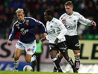 Fotball, 22. september 2003, Tippeligaen,  Sogndal-Viking 2-2,   Ousman Nyan, Sogndal, og Erik Nevland, Viking. Bak Rune Bolseth, Sogndal