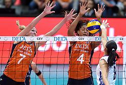 04-10-2015 NED: Volleyball European Championship Final Nederland - Rusland, Rotterdam<br /> Nederland verliest kansloos de finale met 3-0 van Rusland en moet genoegen nemen met zilver / De Russische Nataliia Obmochaeva #8 is te sterk voor Quinta Steenbergen #7, Celeste Plak #4
