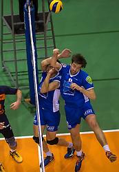17-04-2016 NED: Play off finale Abiant Lycurgus - Seesing Personeel Orion, Groningen<br /> Abiant Lycurgus is door het oog van de naald gekropen tijdens het eerste finaleduel om het landskampioenschap. De Groningers keken in een volgepakt MartiniPlaza tegen een 0-2 achterstand aan tegen Seesing Personeel Orion, maar mede dankzij invaller Gino Naarden kwam Lycurgus langszij en pakte het de wedstrijd met 3-2 / Dennis van der Veen #6 of Lycurgus, Wytze Kooistra #2 of Lycurgus