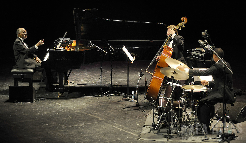 US pianist Hank Jones (L) performs with the Hank Jones Trio, during the 44th Jazzaldia Festival, on July 24, 2009, in the northern Spanish Basque city of San Sebastian. Jazzaldia festival is the oldest jazz festival celebrated in Spain. PHOTO/Rafa Rivas