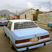 Nexapa, Méx.- Taxis y microbuses accesan a la comunidad de Nexapa para realizar la evacuación de personas debido a que su comunidad se encuentra en el rango de peligro señalado por la autoridades. Agencia MVT / Mario Vázquez de la Torre.