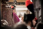 NAPOLI. IL CARDINALE CRESCENZIO SEPE AGITA L'AMPOLLA CONTENENTE IL SANGUE DI SAN GENNARO IN ATTESA DEL MIRACOLO