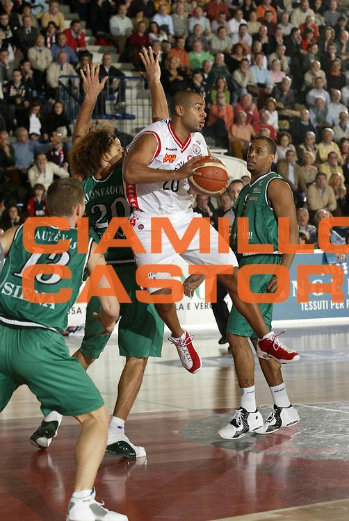 DESCRIZIONE : Biella Lega A1 2005-06 Angelico Biella Montepaschi Siena<br /> GIOCATORE : Smith<br /> SQUADRA : Angelico Biella<br /> EVENTO : Campionato Lega A1 2005-2006 <br /> GARA : Angelico Biella Montepaschi Siena <br /> DATA : 05/02/2006 <br /> CATEGORIA : Passaggio <br /> SPORT : Pallacanestro <br /> AUTORE : Agenzia Ciamillo-Castoria/G.Cottini <br /> Galleria : Lega Basket A1 2005-2006<br /> Fotonotizia : Biella Campionato Italiano Lega A1 2005-2006 Angelico Biella Montepaschi Siena<br /> Predefinita :