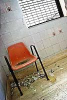 """Una sedia abbandonata in mezzo alla sporcizia sulle scale all'interno dei locali dell'ex centro di permanenza temporanea """"Casa Regina Pacis"""" a San foca (LE) ormai in disuso. 21/02/2010 (PH Gabriele Spedicato)..I Centri di permanenza temporanea (CPT), ora denominati Centri di identificazione ed espulsione (CIE), sono strutture istituite in ottemperanza a quanto disposto all'articolo 12 della legge Turco-Napolitano (L. 40/1998) per ospitare gli stranieri """"sottoposti a provvedimenti di espulsione e o di respingimento con accompagnamento coattivo alla frontiera"""" nel caso in cui il provvedimento non sia immediatamenti eseguibile."""