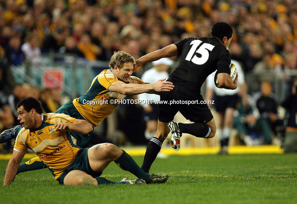 Mils Muliaina beats Peter Hynes and George Smith.<br /> Philips Tri Nations, Australia v All Blacks, ANZ Stadium, Homebush, Sydney, Saturday 26 July 2008. Photo: Paul Seiser/PHOTOSPORT